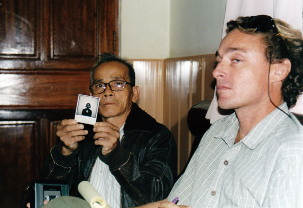 Peter Maguire with Tuol Sleng Prison survivor Bou Meng, 2003